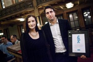Demokrati- och EU-minister Birgitta Ohlsson överräckte 2013 års ELSA-pris till Jonathan Leman. Foto: Expo
