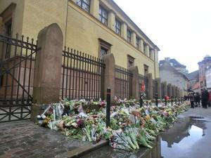 Blommor utanför synagogan i Köpenhamn efter terrorattentatet 15/2 2015. Foto: Kim Bach/Wikimedia Commons