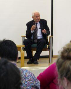 Gabriel Bach, biträdande åklagare vid Eichmannrättegången 1961, var en av talarna på konferensen på Yad Vashem som diskuterade erfarenheter av att hantera vittnesmål från Förintelsen.
