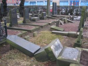 Skändade gravar på Judiska begravningsplatsen i Göteborg 2006. Foto: Judiska församlingen i Stockholm