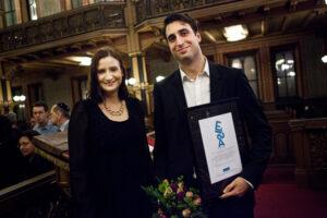 Demokratiminister Birgitta Ohlsson överräckte Elsa-priset till Jonathan Leman.