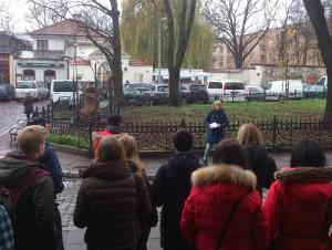 Ewa Andersson berättar om det judiska livet i Krakow före kriget. Foto: Mathan Ravid
