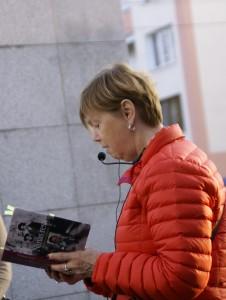 """Vid minnesmonumentet över dem som deporterades från Umschlagplatz i Warszawa: SKMA:s Lena Jersenius läser ur Lena Einhorns bok """"Ninas resa"""". Foto: Björn Edwardsson"""