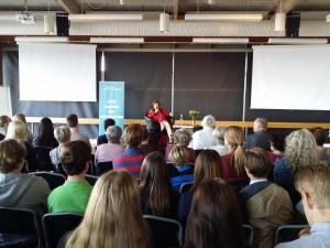 Livia Fränkel talar i Kalmar. Foto: Mathan Ravid