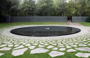 Minnesmärket i Berlin över Europas mördade romer och sinti, invigt 2012. Foto: OTFW, Berlin, Wikimedia Commons