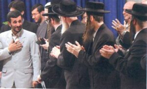 Neturei Karta hyllar Irans dåvarande president, antisemiten och Förintelseförnekaren Mahmoud Ahmadinejad.