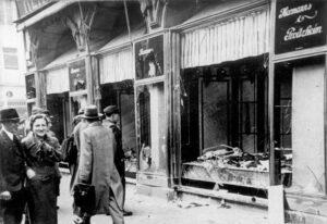 Sönderslagen judiskägd butik i Magdeburg, november 1938. Foto: Bundesarchiv, Bild 146-1970-083-42 / CC-BY-SA 3.0.