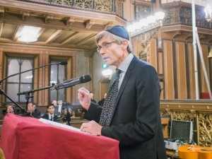 Per Svensson talar i Stockholms stora synagoga. Foto Hampus Andersson
