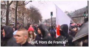 """Demonstranter skanderar """"Jude, ut ur Frankrike""""."""