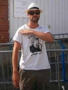 Quenelle-selfie: En man utför quenelle-gesten utanför den judiska skola i Toulouse där tre barn och lärare mördades i ett antisemitiskt attentat 2012.