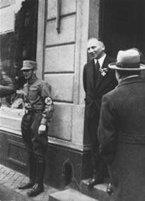 Richard Stern i dörren till sin butik i Köln den 1 april 1933.