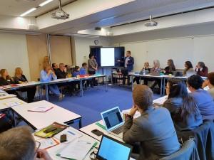 Luminita Cordea och Daniel Stejeran presenterar undervisning om Förintelsen i rumänska skolor. Foto Mathan Ravid