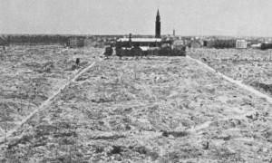 Det utplånade gettoområdet i Warszawa, 1945. S:t Augustinus kyrka som låg i gettot syns i bakgrunden.