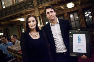 Demokrati- och EU-minister Birgitta Ohlsson överräckte 2013 års ELSA-pris till Jonathan Leman. Foto: Hampus Andersson/Expo
