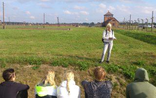 Tranåselever guidas i det före detta koncentrations- och förintelselägret Auschwitz II-Birkenau.