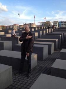 Alain Soral utför en quenelle-gest vid minnesmonumentet för Förintelsen i Berlin.