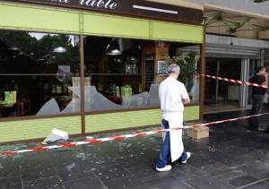 I franska Sarcelles angrep demonstranter judisk-ägda affärer och restauranger.   Foto: AFP/MIGUEL MEDINA.