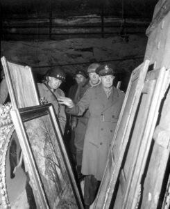 General Dwight D. Eisenhower inspekterar konst som den nazistiska regimen plundrat. Foto: National Archives (532272).