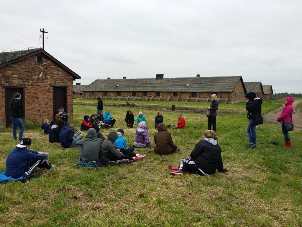 Besök i det före detta koncentrations- och förintelselägret Auschwitz-Birkenau med elever och lärare från Arvidsjaur, Luleå och Skellefteå. Foto: Mathan Ravid.