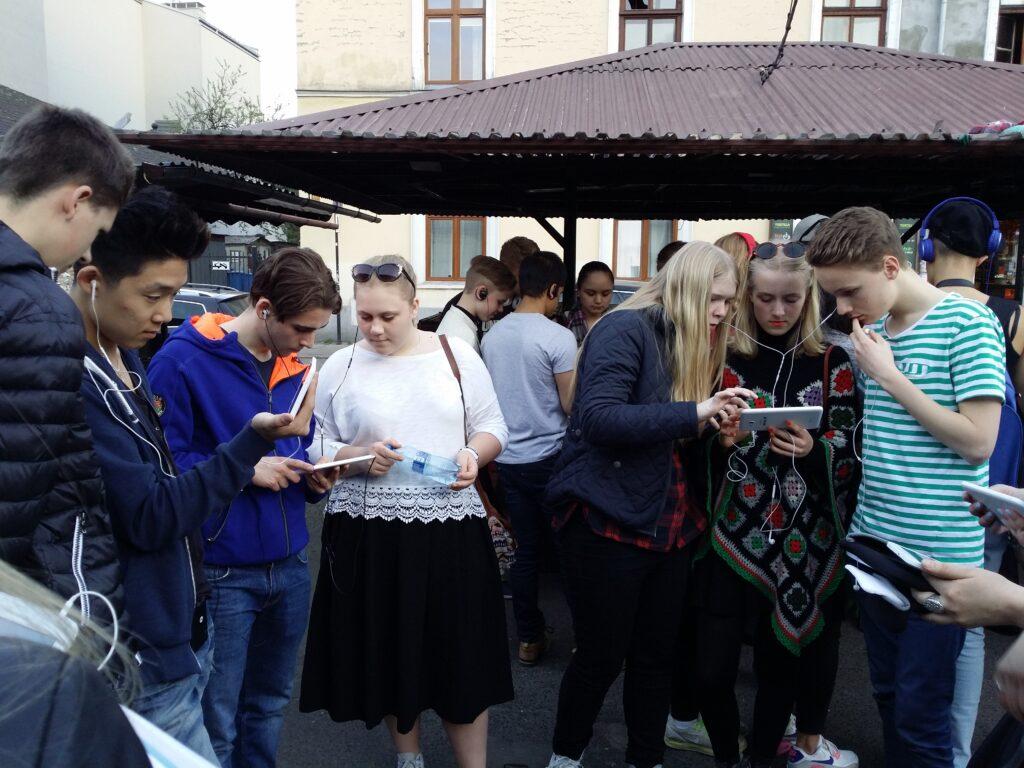 En röd tråd genom hela SKMA:s utbildning är att försöka få en bild av vad som hände under Förintelsen genom att ta del av autentiska dokument och berättelser från personer som levde på den tiden. Här tittar elever från Stockholm och Enköping på filmklipp från vittnesmål av Jakob Ringart och Livia Fränkel, överlevande från Förintelsen. Fotot är taget i de gamla judiska kvarteren i Krakow. Foto Matan Ravid.