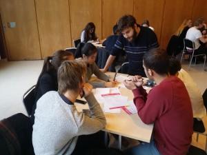 Jonatan Macznik samtalar med elever. Foto: Mathan Ravid