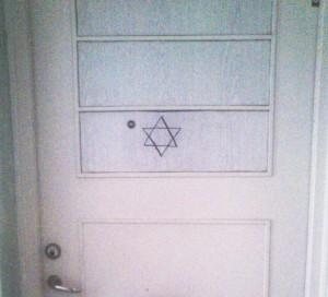 Judar trakasseras: Davidsstjärna ritad på lägenhetsdörr i Malmö.