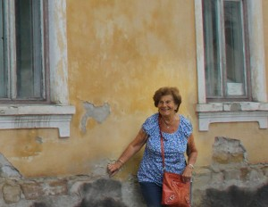Livia Fränkel framför sitt barndomshem i Sighet. Foto: Ewa Wymark
