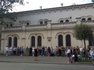 På plats i Polen inleds SKMA:s resa med ett besök i Krakows gamla judiska kvarter, där vi talar om den judiska kultur som tidigare fanns i området och som i dag knappt längre är synbar. På bilden syns elever och lärare från Sundsvall framför Tempelsynagogan, som i dag är ett museum. Foto Mathan Ravid.